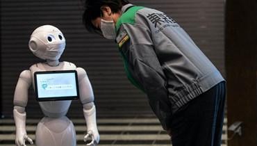 الروبوت يحلّ مكان الإنسان مع ارتفاع معدّلات الشيخوخة (أ ف ب).