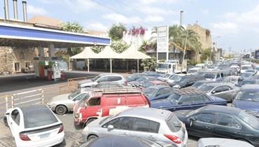 """السيارات مصطفة أمام محطة """"الأيتام""""- طريق المطار (نبيل اسماعيل)."""