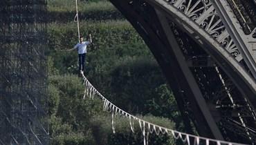بالصور- عبر على حبل مشدود... مغامر فرنسي يُبهر الجماهير باستعراض من برج إيفل