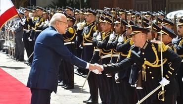 الرئيس نجيب ميقاتي مصافحاً أحد حراس السرايا الحكومية (نبيل اسماعيل).