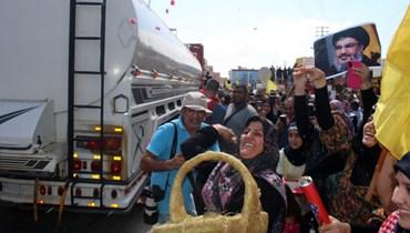 من استقبال صهاريج المازوت الإيرانية (أ ف ب).