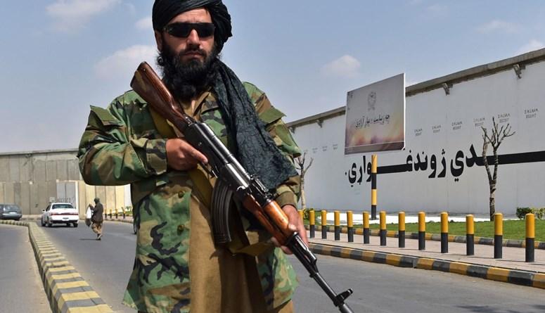 مقاتل من طالبان وقف في شارع بالقرب من ميدان زنبق في كابول (23 ايلول 2021، أ ف ب).
