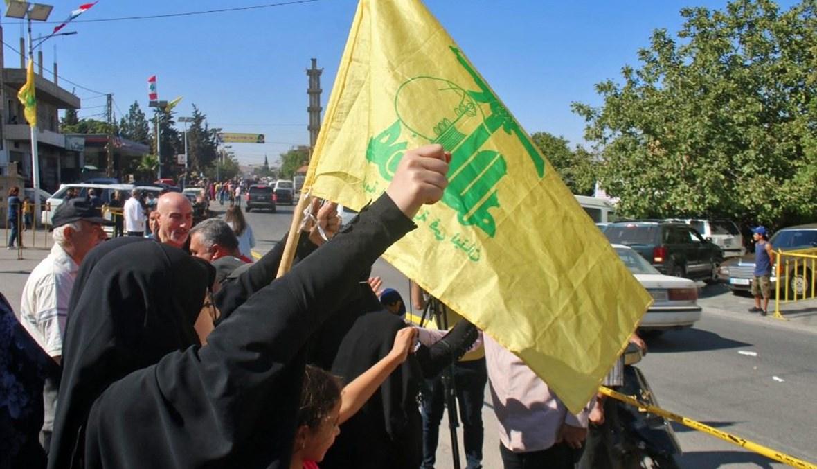 """مناصرو لـ""""حزب الله"""" في بعلبك عند استقبال قافلة المازوت الإيراني (أ ف ب)."""