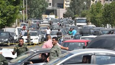 الانفراجات في البنزين ظلت وعوداً لم تتظهر أمس على أرض الواقع إذ استمرت الصفوف الطويلة امام المحطات.