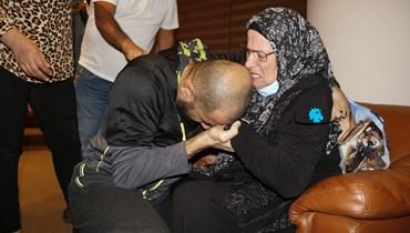 لقاء الوالدة بابنها المفرج عنه في مطار بيروت (حسن عسل).