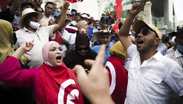 متظاهرون تونسيون يرددون هتافات خلال احتجاج ضد سعيد في تونس العاصمة (8 ايلول 2021، أ ب).