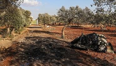 ركام سيارة دُمِّرت من جراء ما يُعتقد أنه غارة بطائرة مسيرة، على المشارف الشمالية الشرقية لمدينة إدلب شمال غرب سوريا (2 ايلول 2021، أ ف ب).