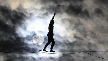 يقدم المتسابق الفرنسي ناثان بولين عرضًا على حبل مشدود (تعبيرية- أ ف ب).