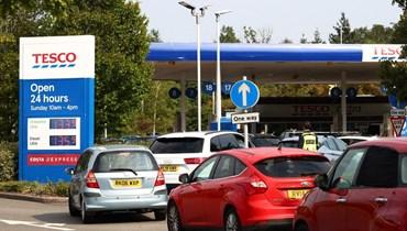 طوابير من السيارات أمام محطات الوقود في بريطانيا (أ ف ب).