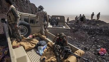 مقاتلون يمنيون مدعومون من التحالف بقيادة السعودية خلال اشتباكات مع الحوثيين على جبهة كسارة بالقرب من (20 حزيران 2021، أ ب).