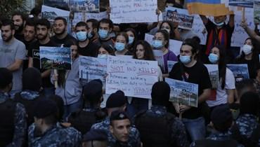 بالصور والفيديو- الذكرى الأولى لحرب كراباخ... وقفة احتجاجية أمام سفارة أذربيجان في بيروت
