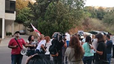 وقفة احتجاجية أمام منزل القاضي نسيب إيليا في مزرعة يشوع.