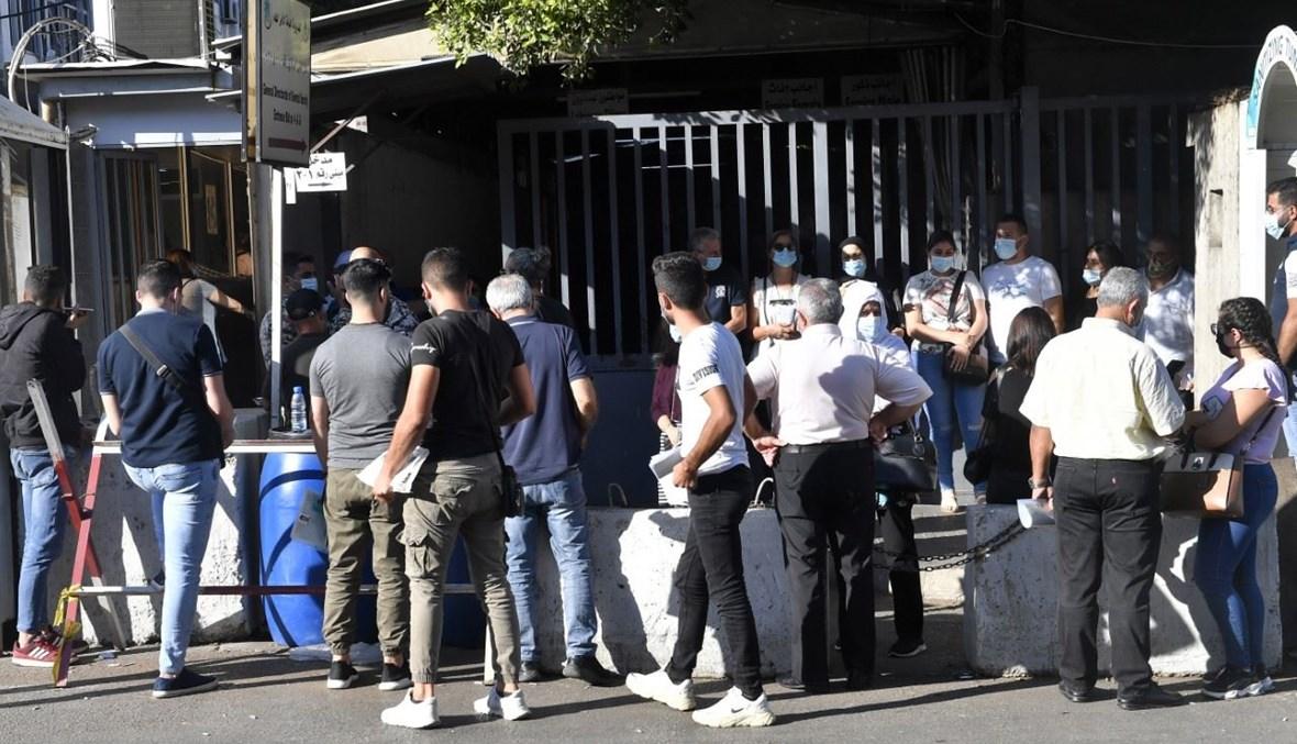 حشد من المواطنين امام مقر الامن العام حيث يسجل توافد كثيف لاصحاب المعاملات العائدة للحصول على جوازات السفر (حسام شبارو).