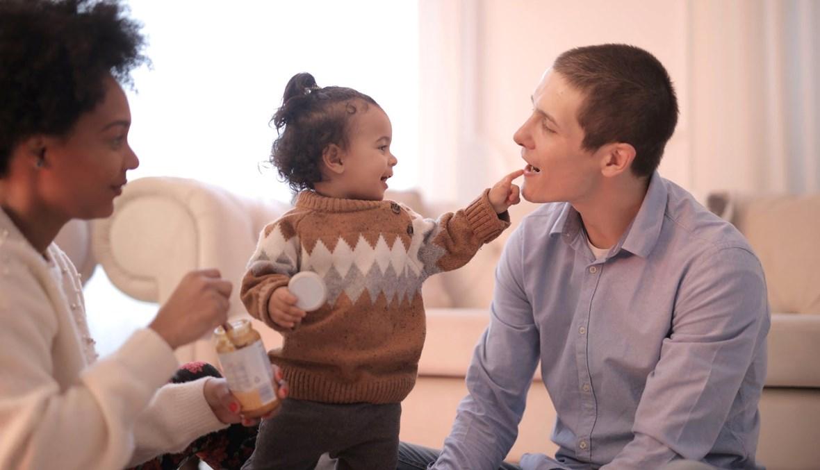 لعب الوالدين مع طفلهما شديد الأهميّة والتأثير تربوياً.