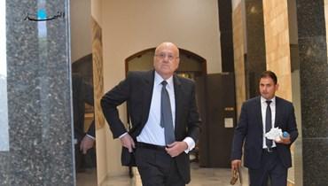 الرئيس نجيب ميقاتي يبدو كأنه يستل سلاحه ليواجه به كل المعطلين والمعرقلين (نبيل إسماعيل).