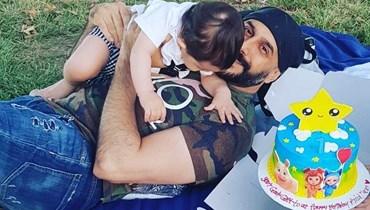الممثل السوري قصي خولي وابنه.