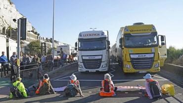 """متظاهرون من """"انسولايت بريتن"""" يقطعون الطريق A20 الذي يصل إلى ميناء دوفر في كنت بإنكلترا (24 ايلول 2021، ا ب)."""