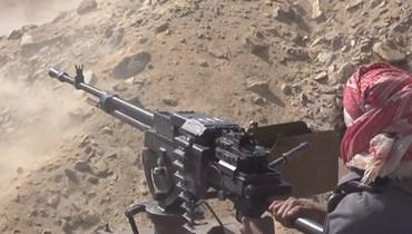 لقطة شاشة من فيديو تظهر مقاتلاً يمنيًا مواليًا للحكومة يطلق النار على مواقع للحوثيين خلال اقترابهم من مأرب (27 ايلول 2021، ا ف ب).