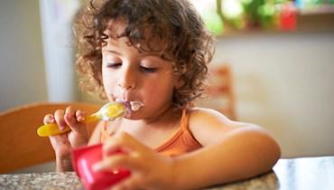 طفلة تتناول البروتين.