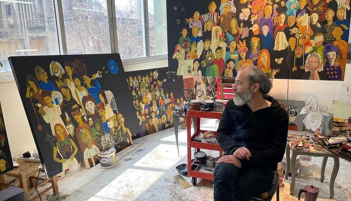 الفنان التشكيلي غيلان الصفدي في المحترف.