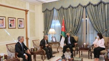 رئيس الوزراء الأردني يلتقي وزيري الطاقة السوري واللبناني.
