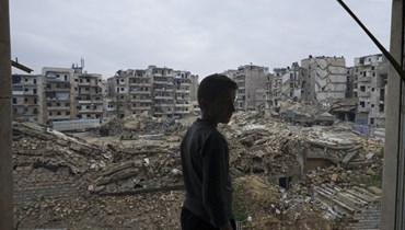 حمزة صباغ يتفقد الدمار الذي لحق بمنزله من جراء القصف في حلب بسوريا (21 ك2 2018، أ ب).