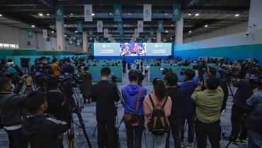 صحافيون يتابعون، من خلال شاشة، افتتاح مؤتمر الأمم المتحدة للتنوع البيولوجي في كونمينغ بمقاطعة يونان جنوب غرب الصين (11 ت1 2021- أ ف ب).