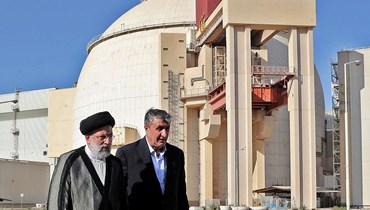 الرئيس الإيراني إبراهيم رئيسي يرافقه رئيس منظمة الطاقة الذرية الإيرانية محمد إسلامي في زيارة إلى محطة بوشهر للطاقة النووية (الرئاسة الإيرانية- أ ف ب).