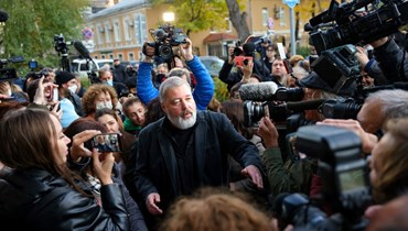 موراتوف ملتقيا الصحافيين خارج مكتب الصحيفة في موسكو (8 ت1 2021، أ ف ب).