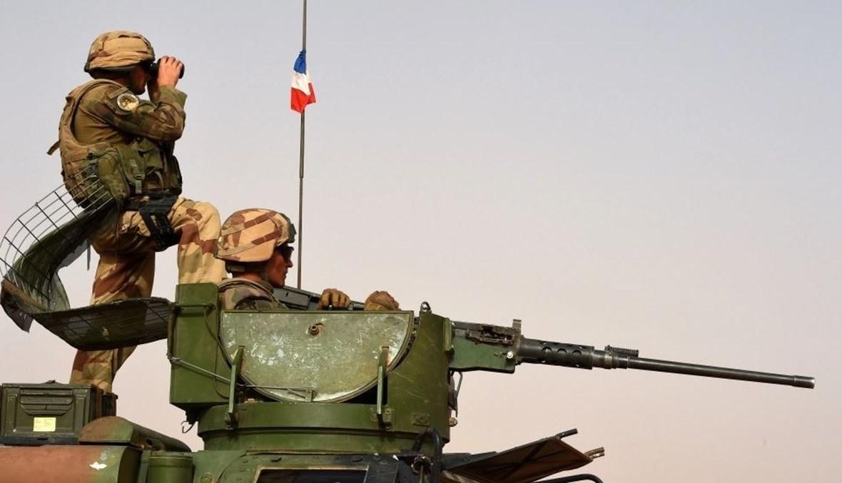 عنصران من القوات الفرنسية المنتشرة في مالي (أ ف ب).