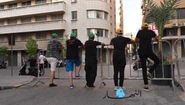 """مناصرو لـ""""حزب الله"""" وحركة """"أمل"""" ينتشرون في منطقة الخندق الغميق (أرشيف """"النهار""""، حزيران 2020، نبيل اسماعيل)."""