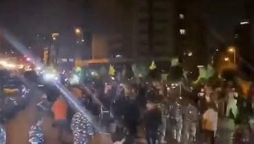 """لقطة من الفيديو المتداوَل لمناصري """"أمل"""" في محيط عين التينة."""