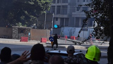 شخص يطلق قذيفة في محيط الطيونة والاشتباكات متواصلة (نبيل اسماعيل).