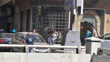 إجلاء سكان في محيط الطيونة جرّاء الاشتباكات (نبيل اسماعيل).