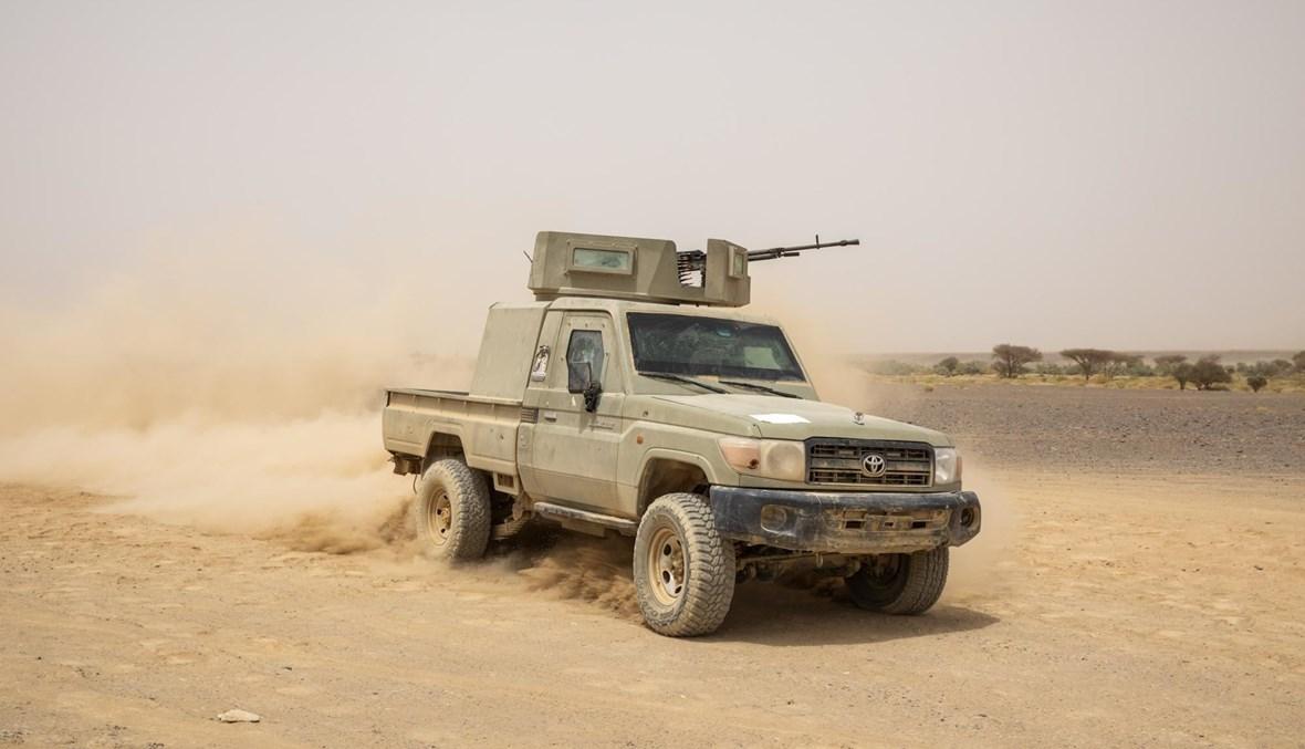مقاتلون يمنيون يقودون عربتهم المدرعة على خط المواجهة بعد اشتباكات مع الحوثيين في مأرب (16 حزيران 2021، أ ب).