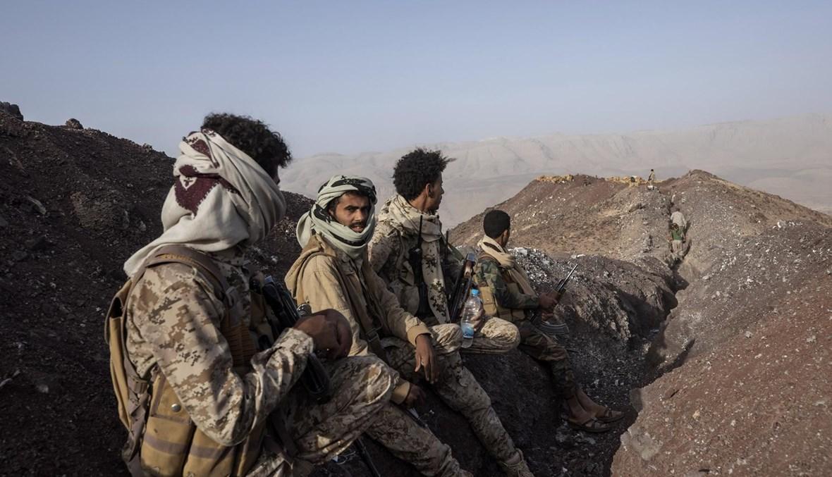 مقاتلون يمنيون مدعومون من التحالف بقيادة السعودية تجمعوا على مسافة من خط المواجهة بعد اشتباكات مع الحوثيين على خط جبهة كسارة بالقرب من مأرب (20 حزيران 2021، أ ب).