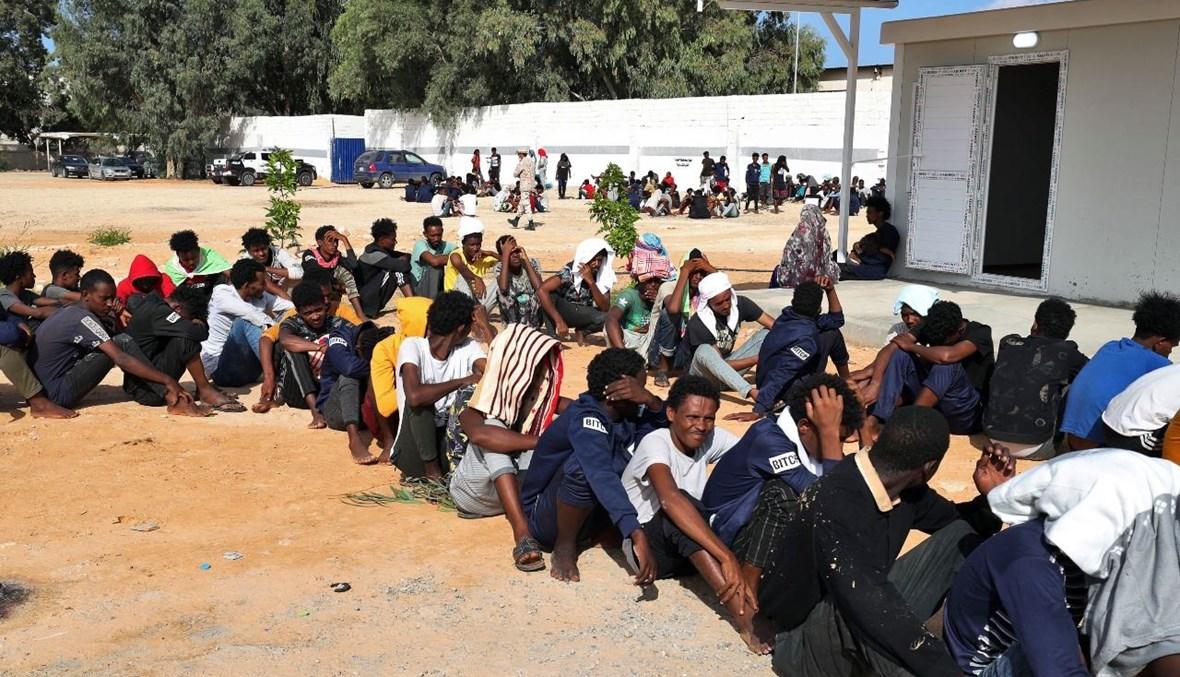 مهاجرون أفارقة تجمعوا في مأوى موقت في ضاحية عين زارة في العاصمة طرابلس (11 ت1 2021، أ ف ب).