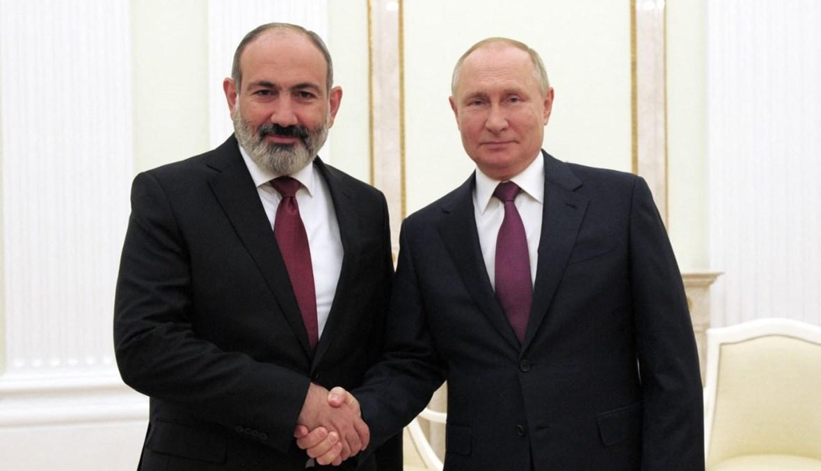 الرئيسان الروسي فلاديمير بوتين (إلى اليمين) والأرميني نيكول باشينيان خلال لقائهما في الكرملين في موسكو (12 ت1 2021، أ ف ب).