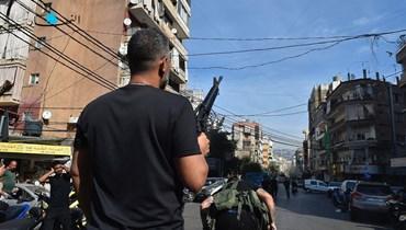 مسلّح خلال الاشتباكات التي اندلعت في منطقتي الطيونة - عين الرمانة (النهار).