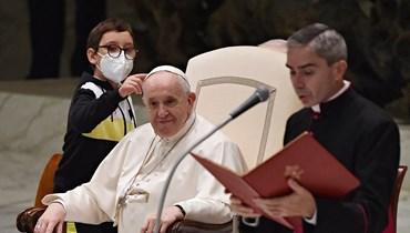 """صبيّ يجلس إلى يمين البابا ويأخذ قلنسوته البيضاء: """"لقّننا جميعاً درساً"""" (صور وفيديو)"""