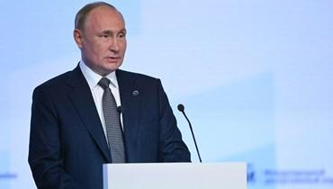 """الرئيس الروسيّ فلاديمير بوتين خلال مشاركته في الجلسة العامة لمنتدى """"فالداي"""" اليوم (أ ف ب)."""