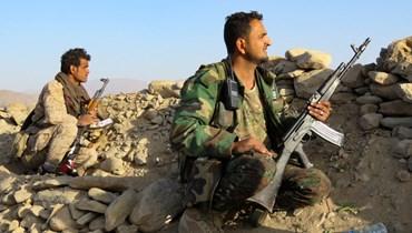 مقاتلون موالون للحكومة اليمنية تمركزوا في موقع على جبهة الجوبا في مواجهة الحوثيين في محافظة مأرب شمال شرق البلاد (23 ت1 2021، أ ف ب).