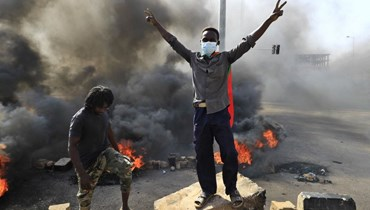 """اعتقال مسؤولين في الخرطوم وحمدوك بالإقامة الجبرية... تنديد بـ""""انقلاب"""" و""""لا لحكم العسكر"""" (صور وفيديو)"""