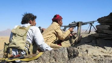مقاتلون موالون للحكومة اليمنية تمركزوا في موقع على جبهة الجوبا في مواجهة الحوثيين في محافظة مأرب شمال شرق البلاد (24 ت1 2021، أ ف ب).