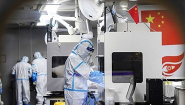 طبيب صينيّ يتحضر لدخول غرفة العمليات (أ ف ب).