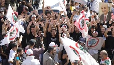 """حشود في معراب تضامناً مع جعجع ورفضاً لاستدعائه: """"القوات"""" ترفض مقايضة حادث الطيونة بتفجير المرفأ"""