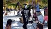 """رغم إغلاق الشواطئ المكسيكيّة... رجل يرتدي زيّ """"هيكل عظمي"""" احتجاجاً على زحمة الزوار"""