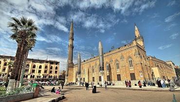 بعد أيامٍ من فتحه... إقفال مسجد الحسين ووزارة الأوقاف المصرية تحقّق مع 17 موظفاً