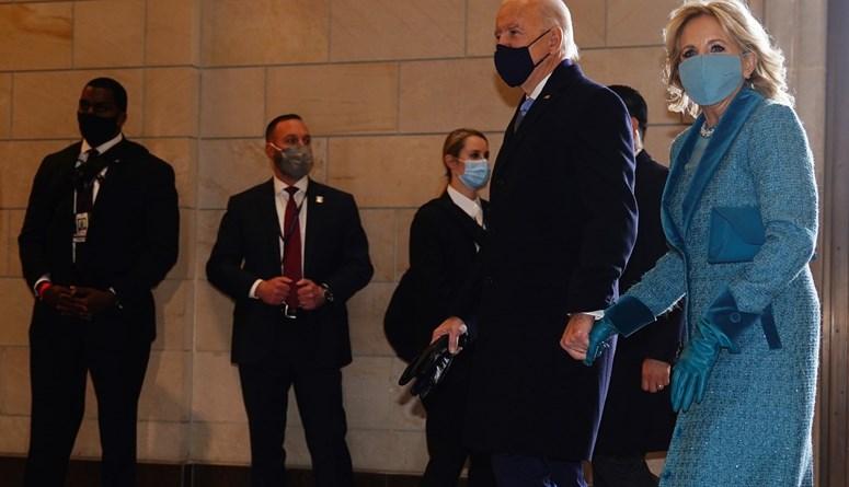 جو بايدن وزوجته يدخلان إلى منصة التنصيب