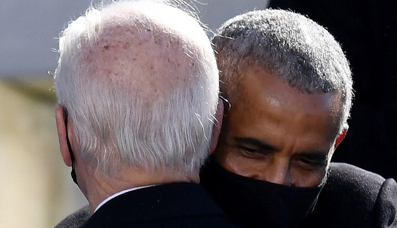 عناق حارّ بين بايدن وسلفه أوباما